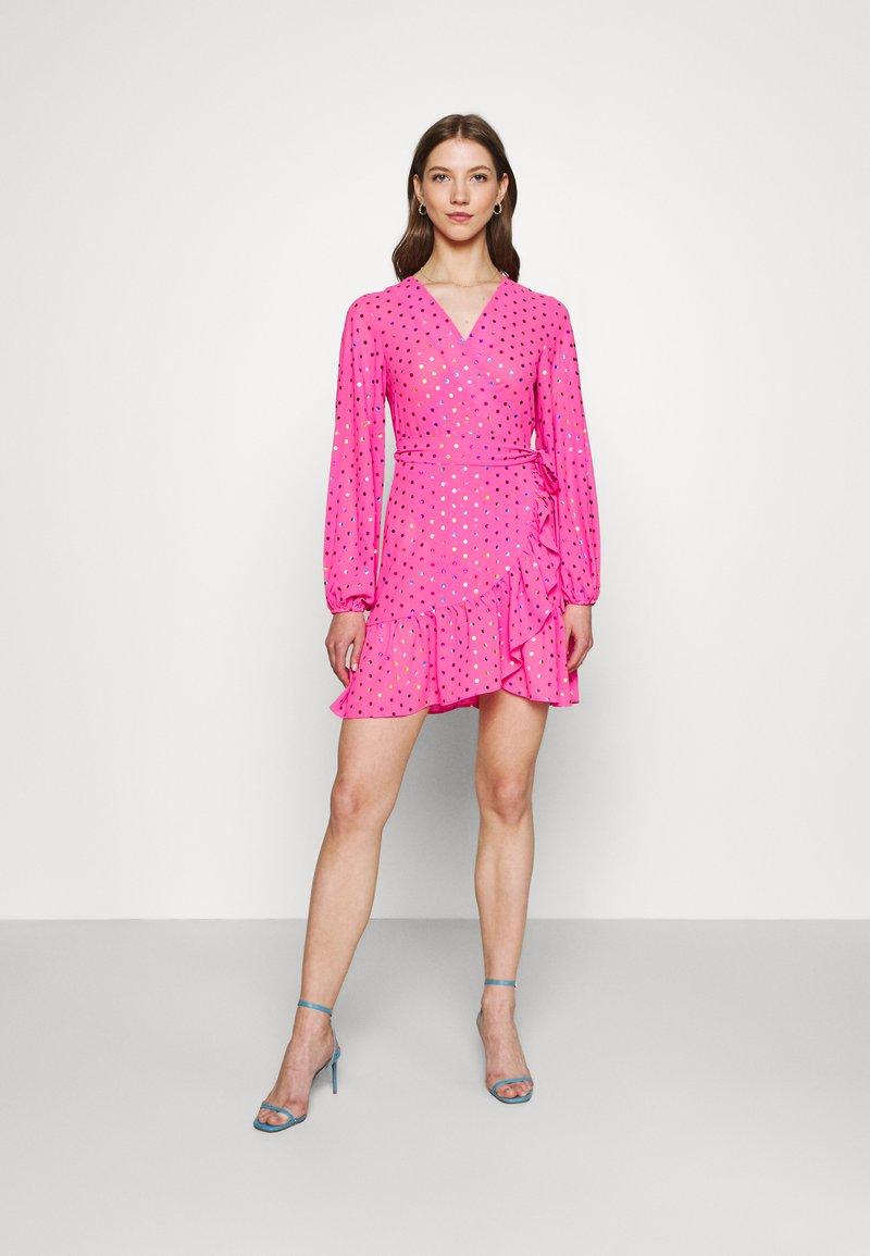 Never Fully Dressed - RAINBOW SPOT MINI DRESS - Denní šaty - pink