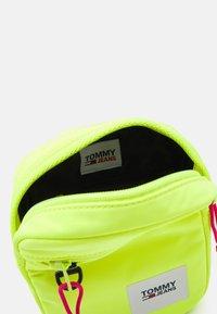 Tommy Jeans - URBAN ESSENTIALS CHEST BAG - Taška spříčným popruhem - yellow - 2