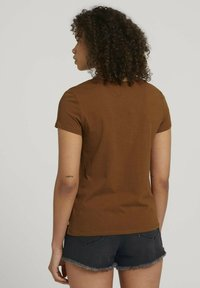 TOM TAILOR DENIM - Print T-shirt - amber brown - 2