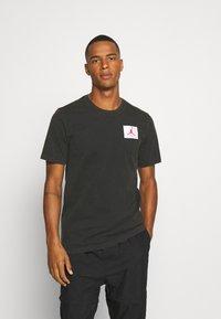 Jordan - FLIGHT ESSENTIALS CREW - Print T-shirt - black - 0