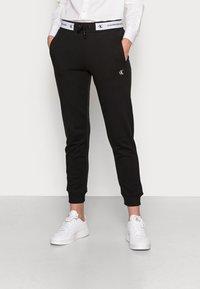 Calvin Klein Jeans - TRACK PANT - Træningsbukser - black - 0