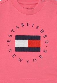 Tommy Hilfiger - BABY ESTABLISHED SET UNISEX - Print T-shirt - exotic pink - 3