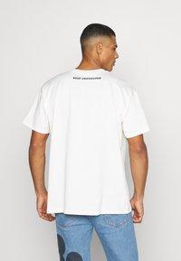 Levi's® - DISNEY MICKEY AND FRIENDS TEE - T-shirt imprimé - marshmallow - 2