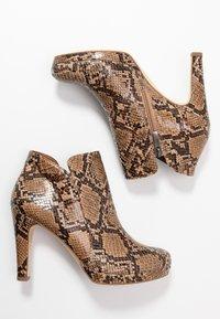 Tamaris - Kotníková obuv na vysokém podpatku - nut - 3