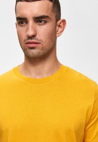 Selected Homme - SHDTHEPERFECT - T-paita - mottled dark yellow - 3
