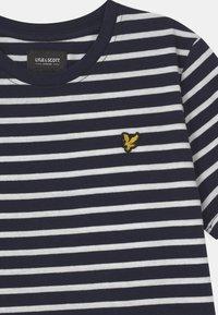 Lyle & Scott - BRETON - Print T-shirt - navy blazer - 2