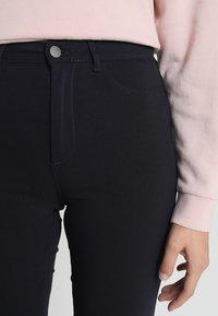 Pieces - PCHIGHSKIN WEAR  - Jeans Skinny Fit - navy blazer - 4