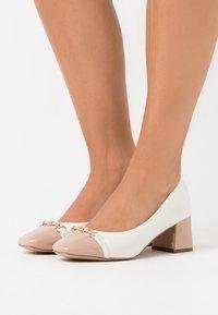 Wallis - CAST - Escarpins - white/camel - 0