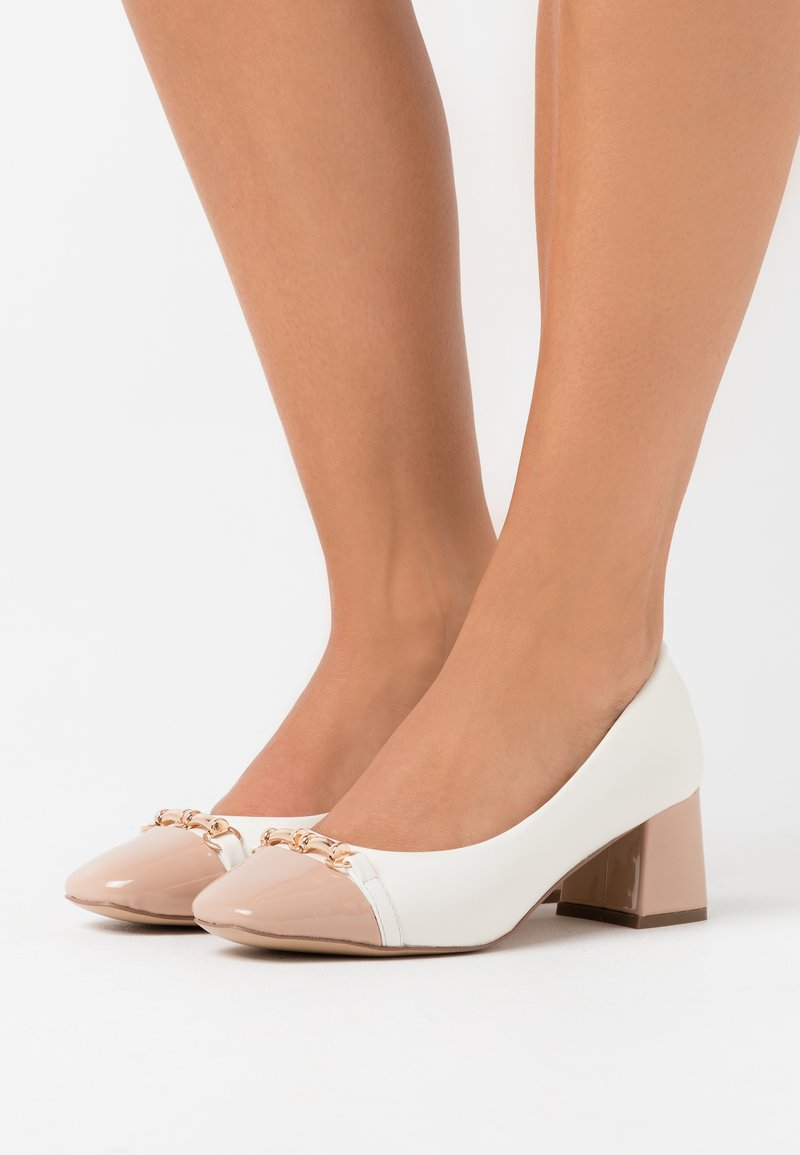 Wallis - CAST - Escarpins - white/camel