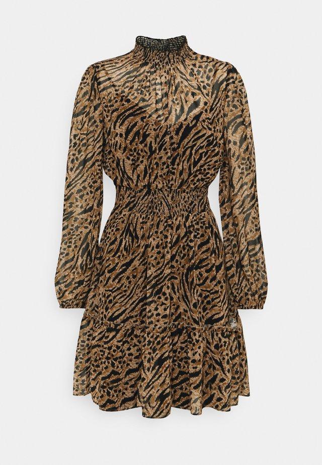 ALISON SHIRRED NECK SKATER DRESS - Hverdagskjoler - brown