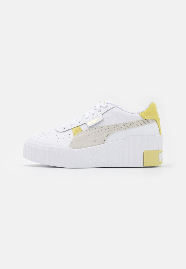 CALI WEDGE MIX - Sneakers basse - white/yellow pear
