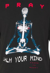 PRAY - CALM YOUR MIND UNISEX  - Print T-shirt - black - 2