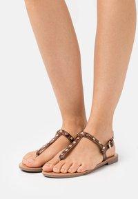 ONLY SHOES - ONLMELLY STRUCTURE STUD  - Sandály s odděleným palcem - brown - 0