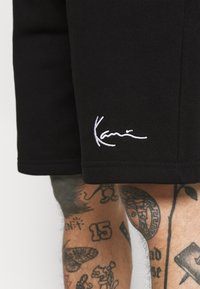 Karl Kani - SIGNATURE  - Tracksuit bottoms - black - 3