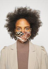 By Malene Birger - FACE MASK SOLID - Community mask - dark caramel - 0