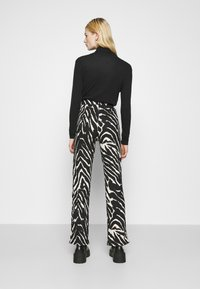 Monki - AIRY TROUSERS - Trousers - white/black - 2