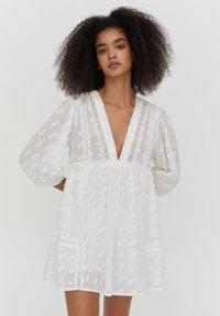 PULL&BEAR - MIT SPITZE - Day dress - white - 0