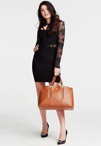 Guess - HANDTAS LAPIS ECHT LEER LUXE - Handbag - светло-коричневый - 1
