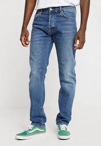 Carhartt WIP - KLONDIKE MILLS - Džíny Straight Fit - blue stone - 0