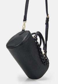 Love Moschino - TOP HANDLE CROC BAGUETTE CROSSBODY WITH TONAL CHAIN - Handbag - nero - 5