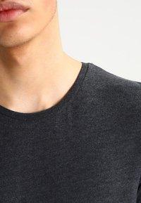 Jack & Jones - JJPRHUGO TEE CREW NECK  - Basic T-shirt - dark grey melange - 3