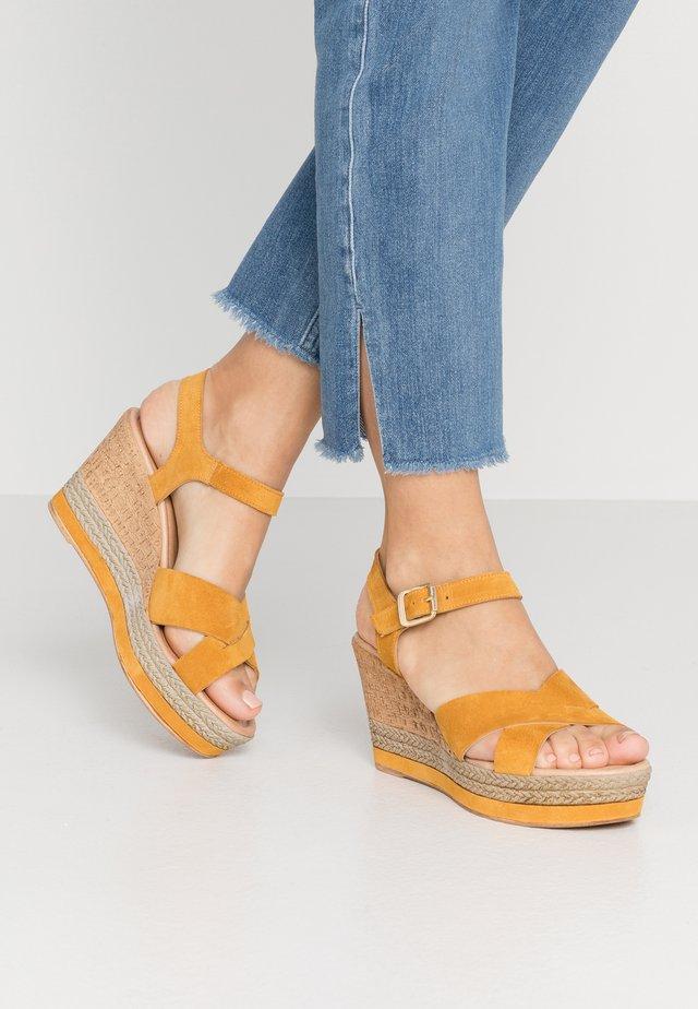 Korolliset sandaalit - senape