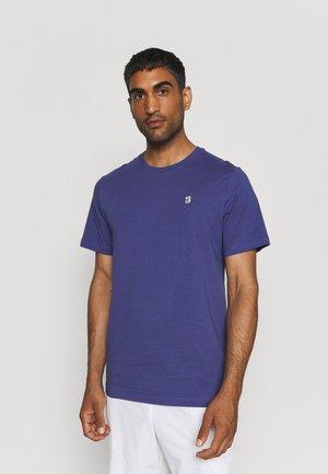 COURT TEE - T-shirt basic - purple dust/white