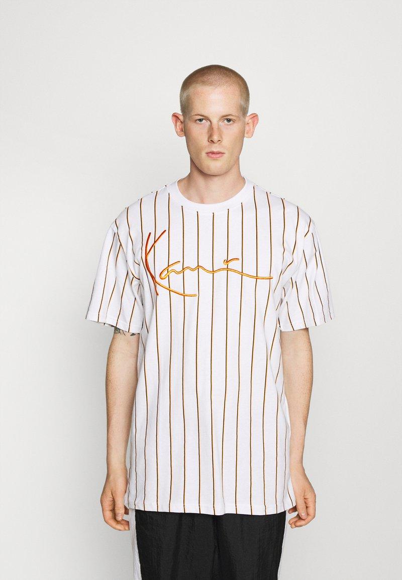 Karl Kani - SIGNATURE PINSTRIPE TEE - Print T-shirt - white