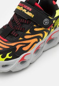 Skechers - THERMO FLASH - Tenisky - black/red - 5