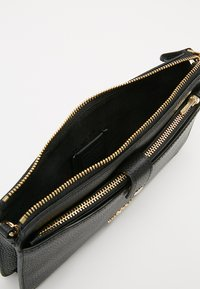 Coach - POLISHED PEBBLE POP UP MESSENGER - Clutch - black