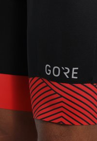 Gore Wear - C5 OPTILINE KURZE TRÄGERHOSE - Punčochy - black/red - 5