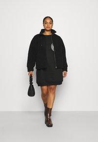 Pieces Curve - PCCAMINO JACKET - Fleece jacket - black - 1