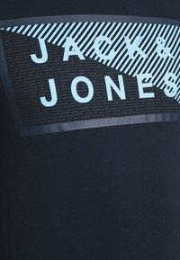 Jack & Jones - JCOSHAWN TEE CREW NECK - T-shirt print - navy blazer - 4
