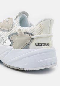 Kappa - CRUMPTON UNISEX - Sports shoes - white/l'grey - 5