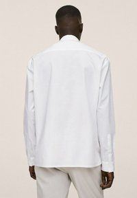 Mango - RELAXED FIT - Formal shirt - weiß - 2