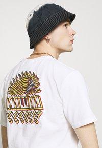 WAWWA - UNISEX SUNSPOTS - Print T-shirt - white - 4