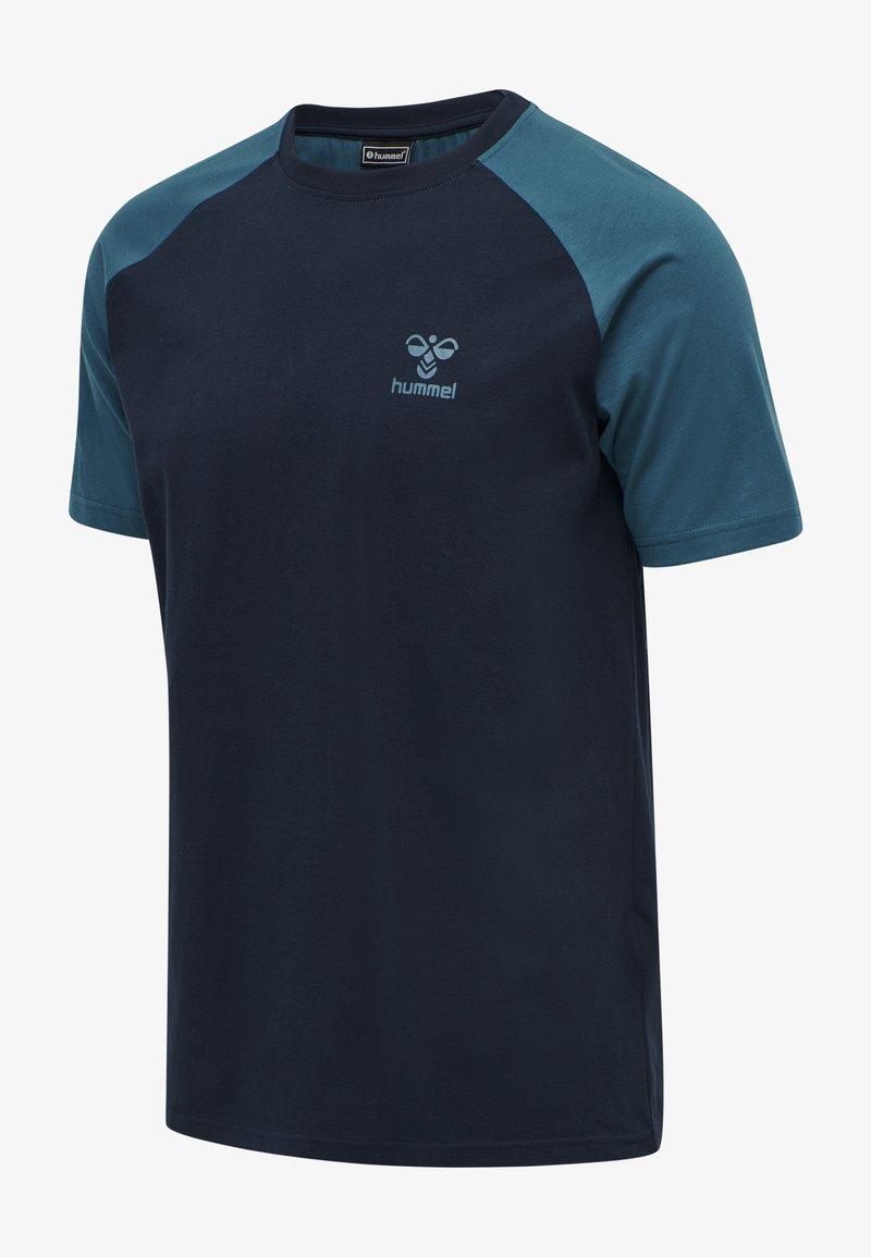 Hummel - ACTION  - Print T-shirt - dark sapphire/blue coral