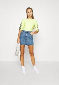 adidas Originals - T-shirt z nadrukiem - semi frozen yellow - 1