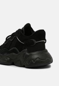 adidas Originals - OZWEEGO UNISEX - Sneakers laag - core black/night - 4