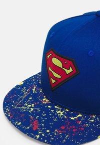 New Era - KIDS CHYT PAINT SPLAT VISOR 9FIFTY SUPERMAN UNISEX - Pet - blue - 3