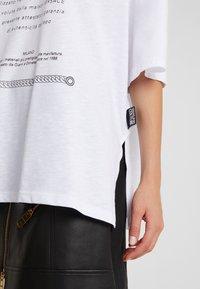Versace Jeans Couture - Print T-shirt - bianco ottico - 5
