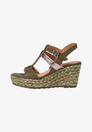 Sandały na obcasie - khaki comb