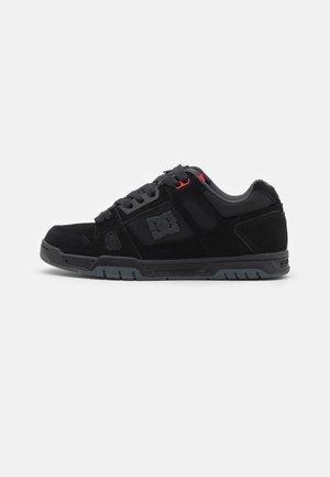 STAG UNISEX - Skateboardové boty - black/grey/red