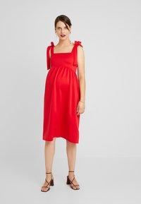 True Violet Maternity - PLUNGE BACK SKATER DRESS WITH BOW DETAIL - Sukienka z dżerseju - red - 2