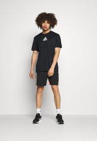 adidas Performance - 3 STRIPES BACK DESIGNED 2 MOVE AEROREADY - T-shirt con stampa - black/white - 1