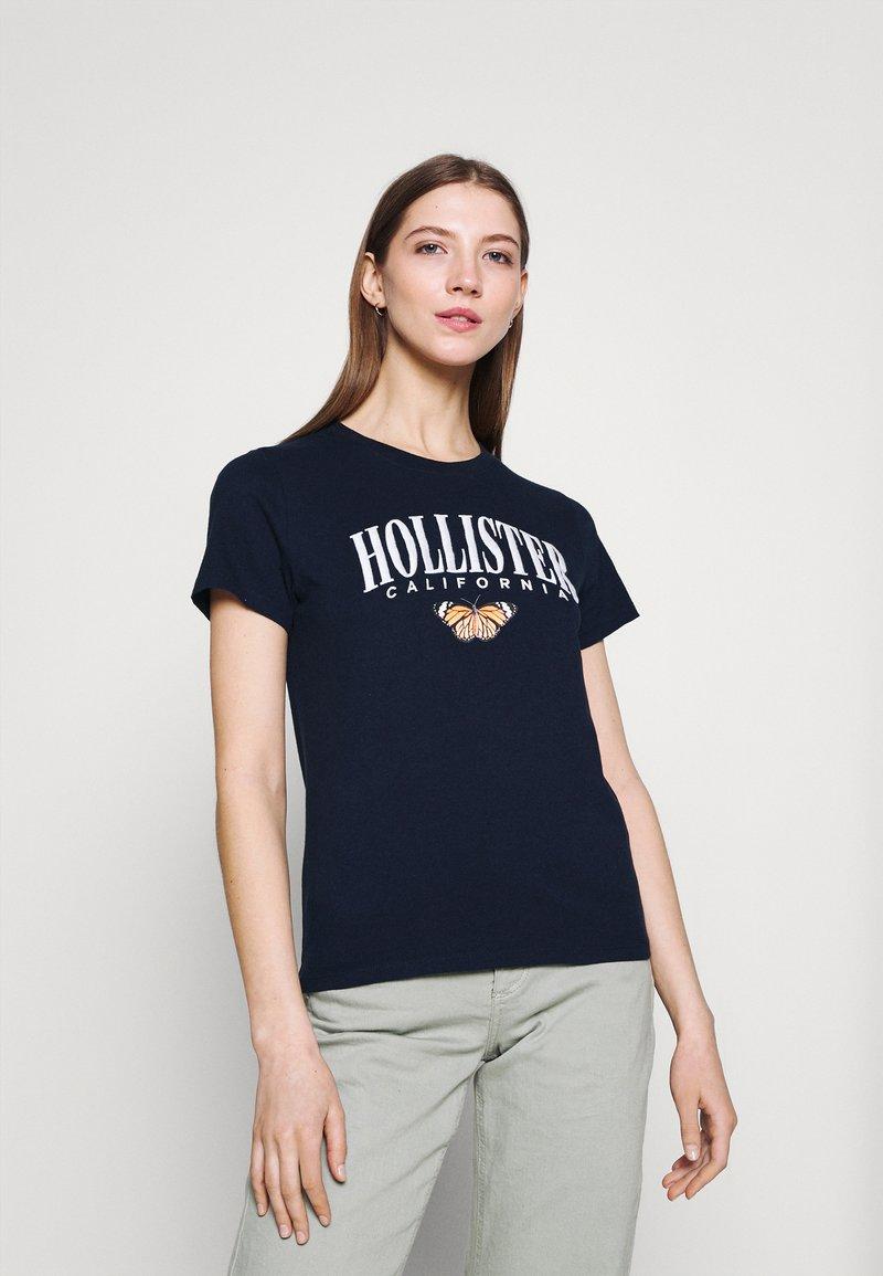 Hollister Co. - TECH CORE - Print T-shirt - navy blazer
