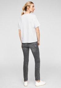 Q/S designed by - MIT PAILLETTEN - T-shirt print - white placed print - 2