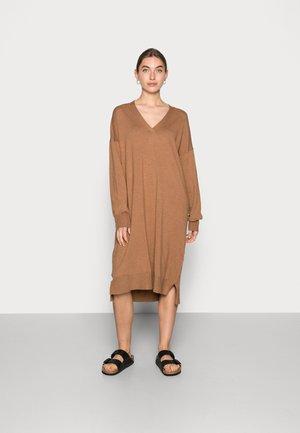 NOIAN V-NECK KNIT DRESS - Sukienka dzianinowa - toasted coconut