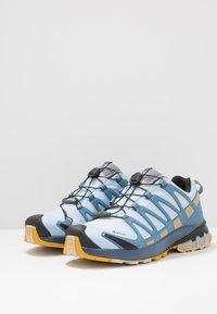 Salomon - XA PRO 3D V8 GTX - Trail hardloopschoenen - kentucky blue/dark denim/pale khaki - 2