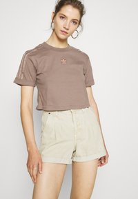adidas Originals - CROPPED - T-shirts med print - trace brown - 0